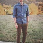 kahverengi-pantolon-uzerine-kisa-kol-mavi-gomlek-erkek